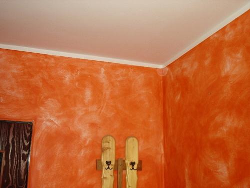 Malování zdi houbičkou